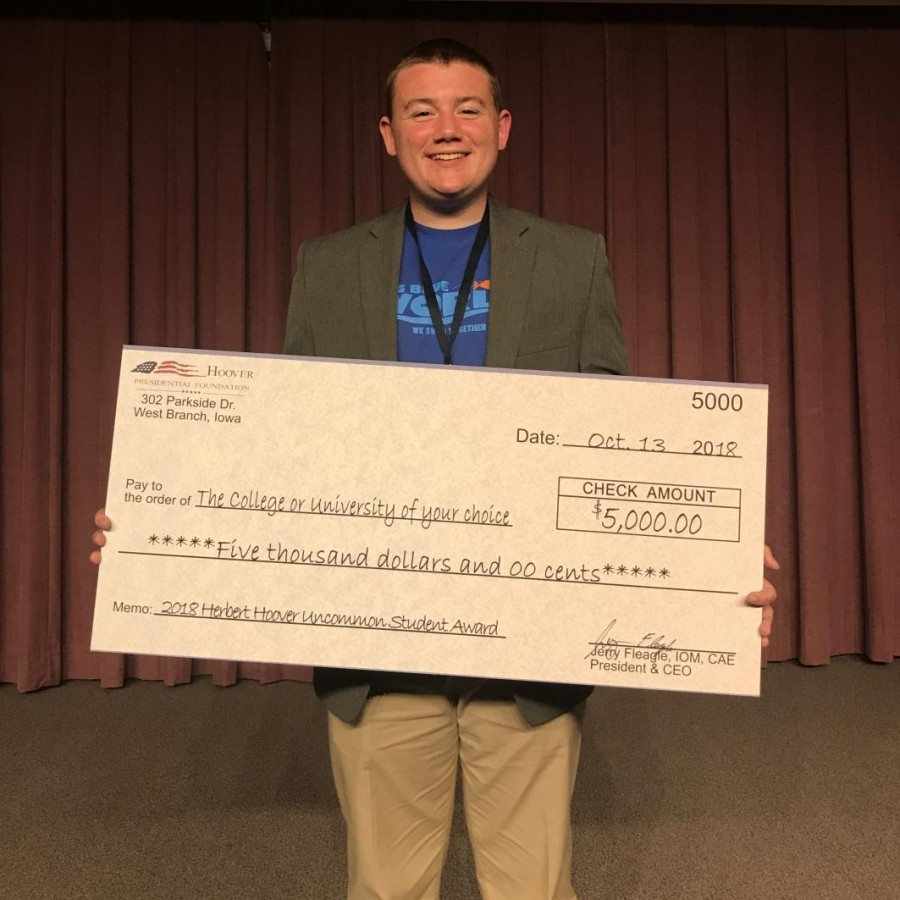 Alton Barber receives Hoover Uncommon Student Award