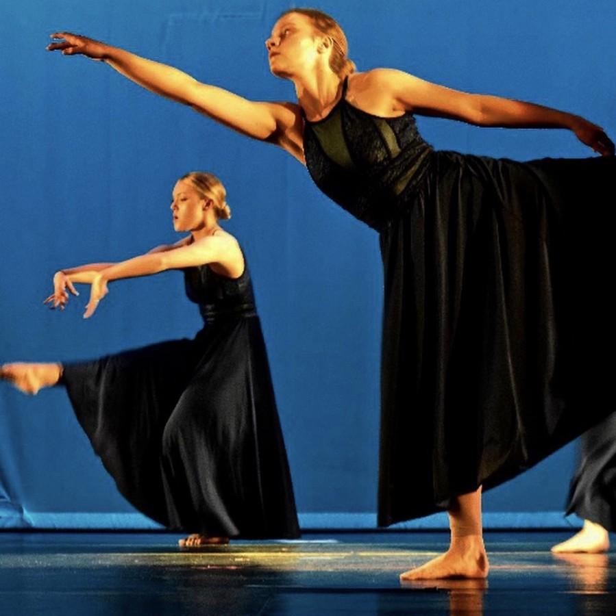 Senior+Emma+Tews+performing+at+her+dance+recital+at+Holzworth+Performing+Arts+Center.+%0A