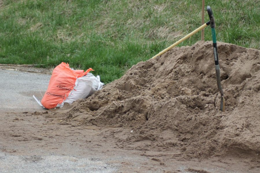 Piles of sand, bags, and shovels were provided for volunteers to pack sandbags.