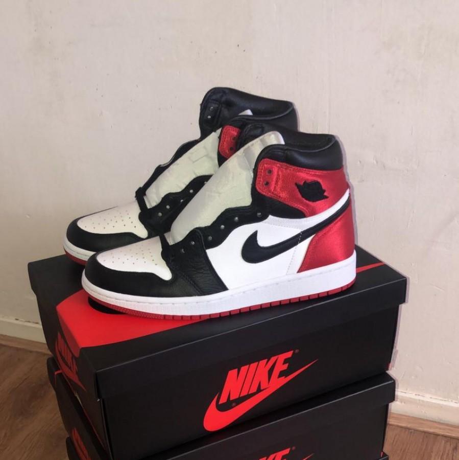 Lokenvitz owns 3 pairs of Air Jordan Retro 1s.