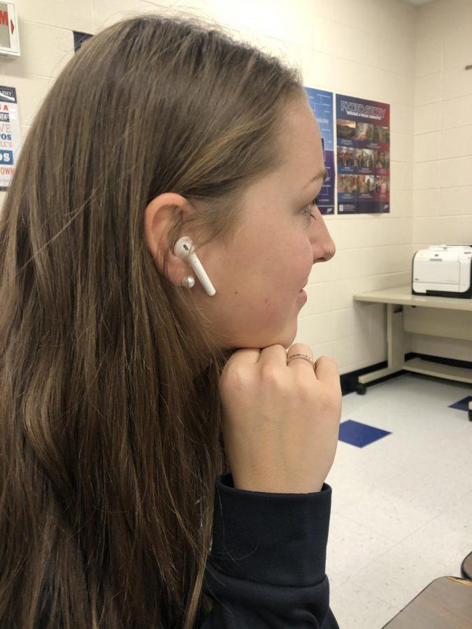 Senior Ellie Scranton listens to Billie Eilish on her AirPods.