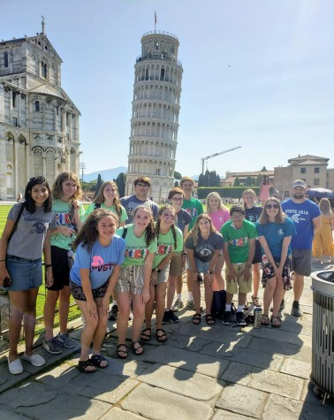 PV students standing in front of the Leaning Tower of Pisa on their trip to Europe in 2019.